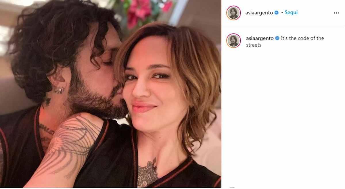 Asia Argento e Fabrizio Corona stanno insieme? Lui: Ogni 15 giorni dorme da  me, ma non siamo fidanzati