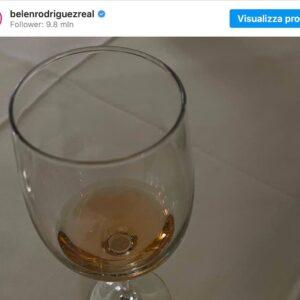 """Belen Rodriguez su Instagram, foto con il calice scatena le polemiche. """"E' alcol? Sei incinta, che fai?"""""""