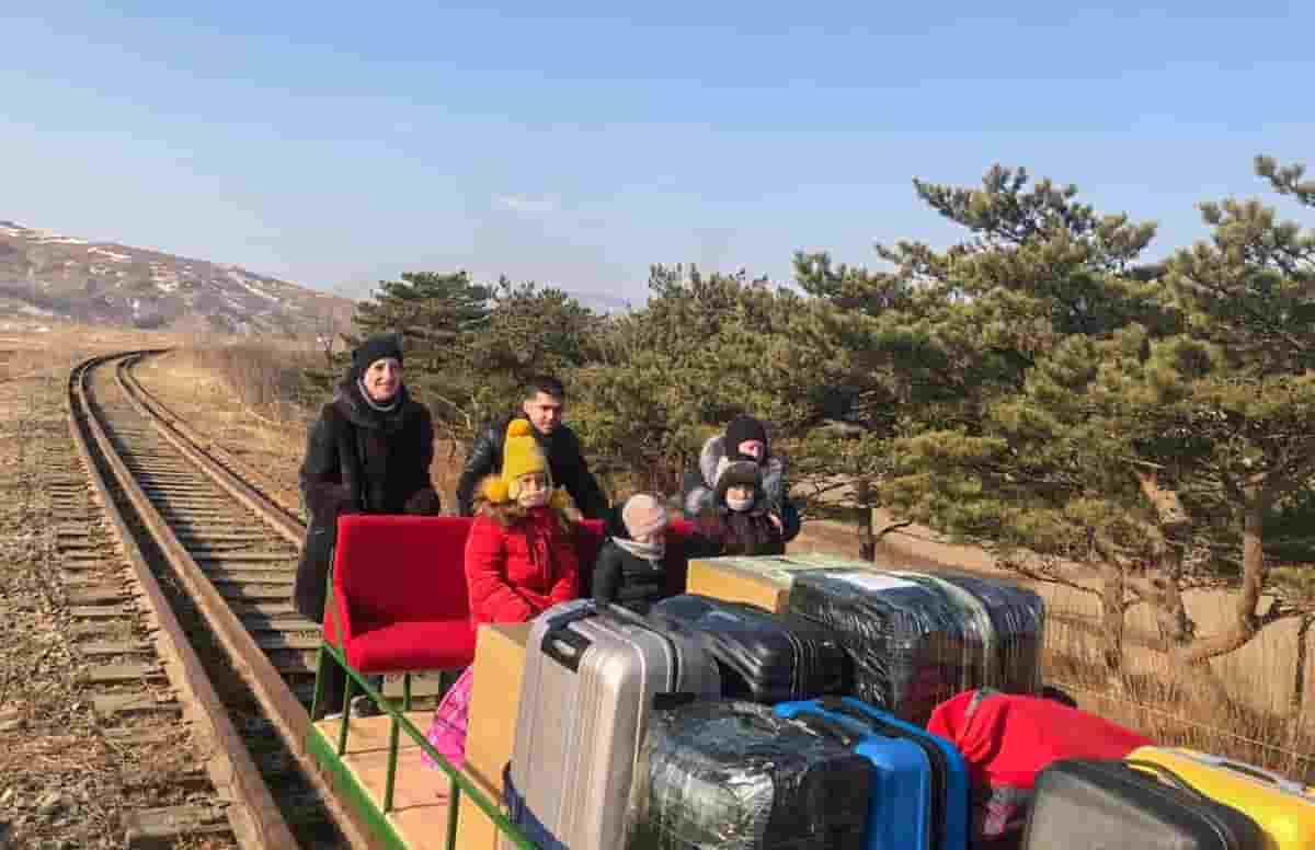 Diplomatici russi, via dalla Corea del Nord a bordo di un carrello ferroviario spinto a mano VIDEO