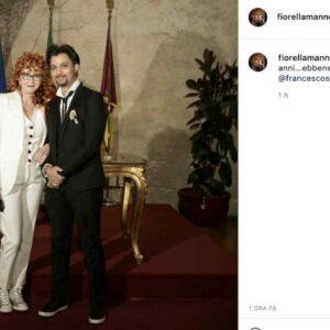 Fiorella Mannoia e Carlo Di Francesco si sono sposati. La cantante in tailleur bianco e sneaker argentate