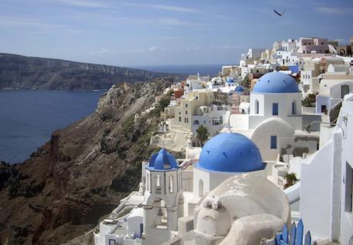 Grecia brucia l'Europa, vuole aprire ai turisti inglesi vaccinati: Italia e Spagna spiazzati dal lockdown