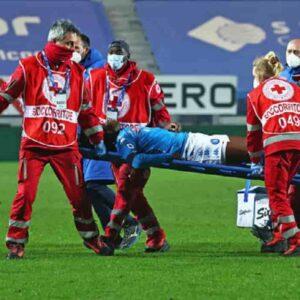 Victor Osimhen batte la testa e sviene durante Atalanta-Napoli: le condizioni dell'attaccante
