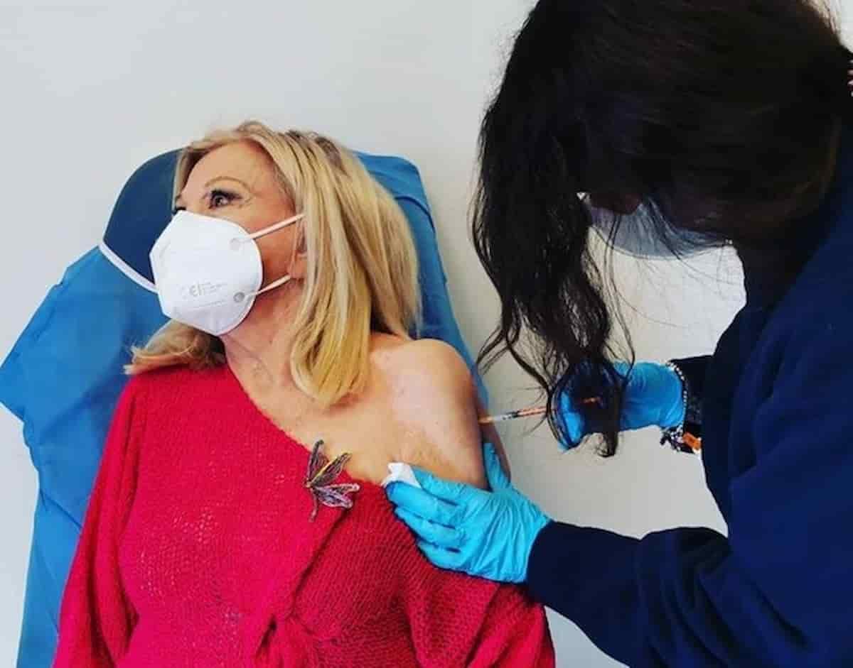 """Sandra Milo fa il vaccino, la foto su Instagram: """"Ho il terrore gli aghi ma non ho sentito nulla"""""""