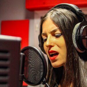 """Sara Tommasi canta """"Impara ad amarti"""" per le donne vittime di violenza. E annuncia il suo primo album"""