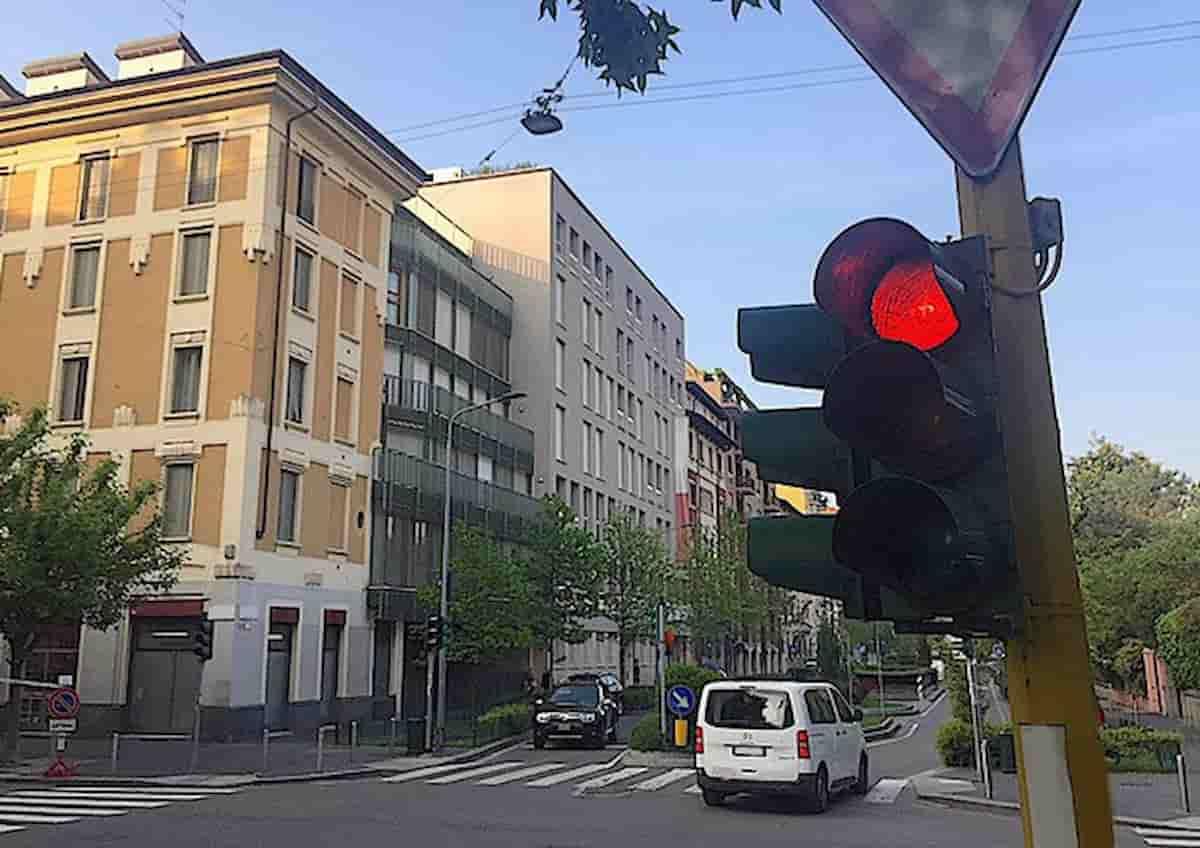 """Torino, 16enne alla guida passa con quattro semafori rossi: """"Mi ha istigato mia sorella"""". Multe per 6mila euro"""