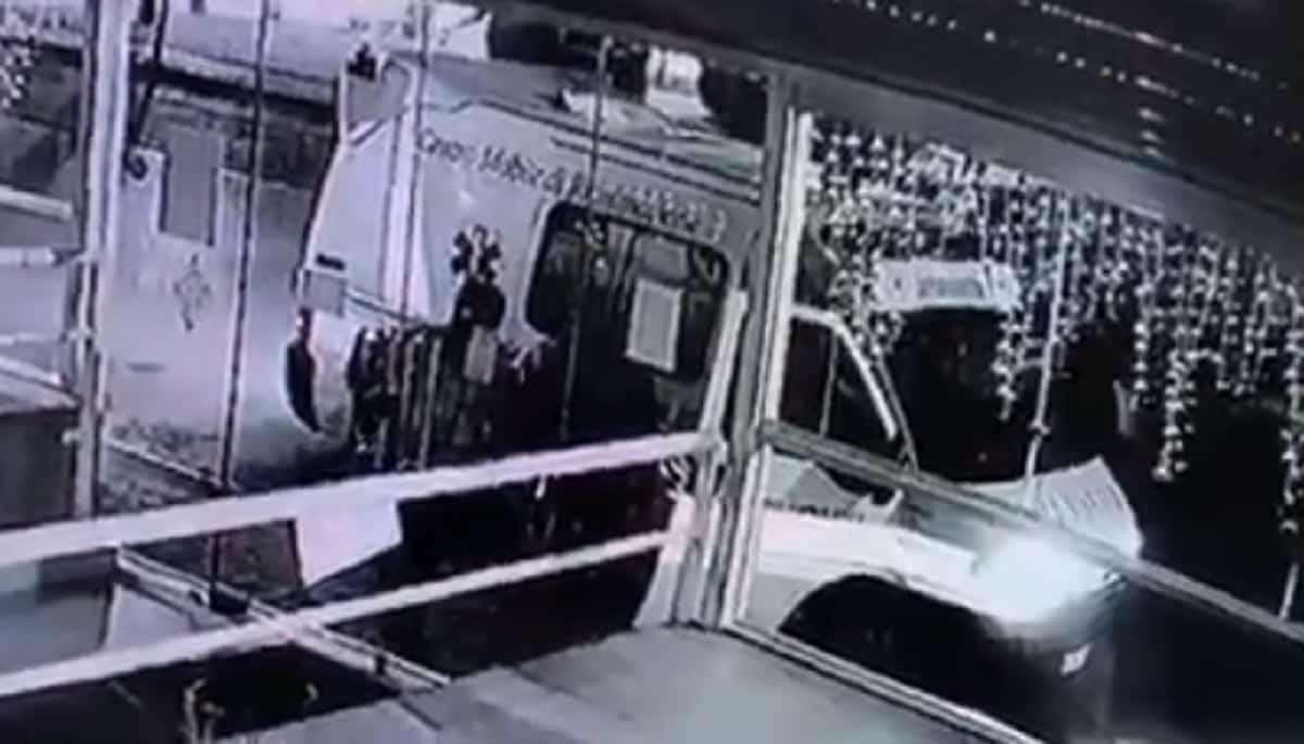 Lusciano (Caserta): ladri tentano di rapinare un bar a bordo di una ambulanza VIDEO