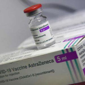 Vaccino AstraZeneca Aifa revoca il divieto d'uso