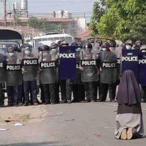 Birmania, la suora prega in ginocchio davanti alla polizia: la FOTO simbolo degli scontri