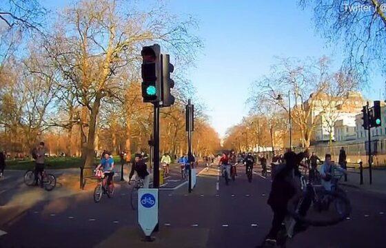 Ciclisti, l'orda contromano assalta Londra, ma è peggio in Italia con i monopattini