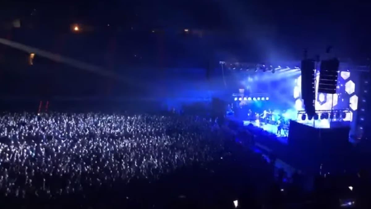 Covid, primo concerto in Spagna: a Barcellona live dei Love of Lesbian. 5mila persone, tamponi, mascherine...
