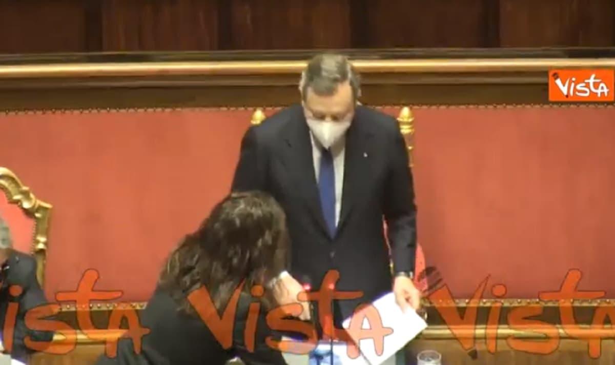 Mario Draghi in Senato dimentica di alzare l'asta del microfono e viene aiutato VIDEO