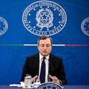 Mascherina sempre, dovrebbe, ma Draghi, ministri, giornalisti se la tolgono in tv, cattivo esempio per i cittadini