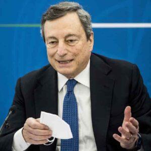 """Covid, Draghi annuncia: """"Operatori sanitari non vaccinati non possono entrare in contatto con malati, ci sarà un decreto"""""""