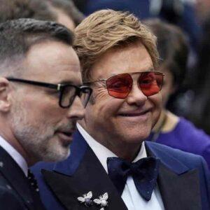 """Elton John contro il Vaticano: """"Rifiuta le unioni gay e poi fa profitto investendo nel mio film Rocketman"""""""