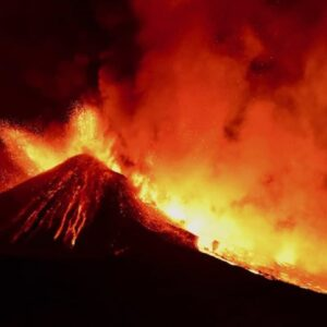 Etna non si ferma, 16 eruzioni in un mese: l'ultima ieri sera con una nube di cenere alta 6 km