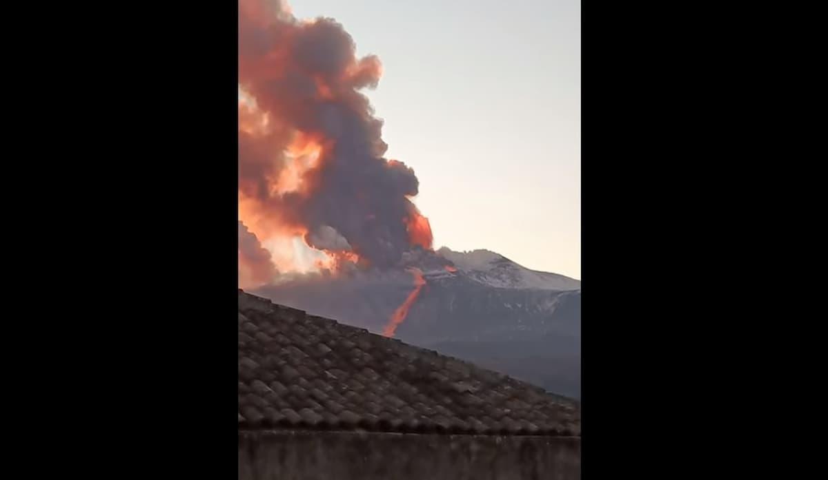 Etna, nuova eruzione del vulcano con fontana di lava dal cratere sudest