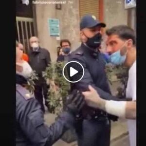 Fabrizio Corona: i video, i tagli alle braccia, l'ira contro gli agenti, il vetro spaccato. Lo ricoverano in psichiatria