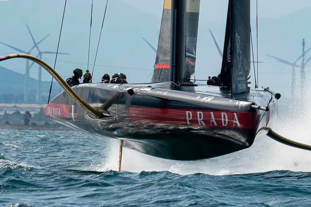 Luna Rossa, vele sgonfie per poco vento, salta la regata numero sette, si torna in acqua nella notte italiana