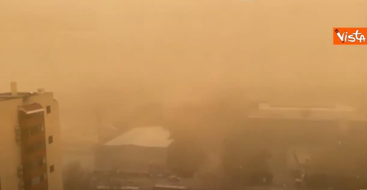 Pechino diventa gialla avvolta da una coltre di smog e sabbia