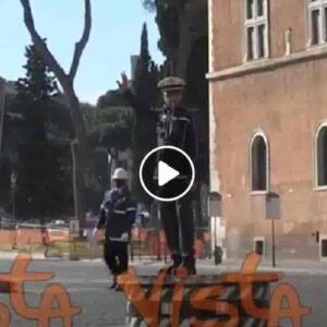Pizzardone a Piazza Venezia, torna la pedana simbolo dei vigili di Roma (anche grazie ad Alberto Sordi) VIDEO