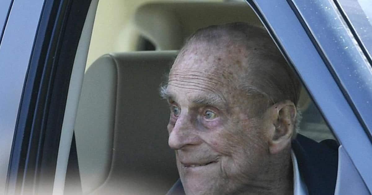Principe Filippo operato al cuore a 99 anni, resterà in ospedale non si sa per quanto