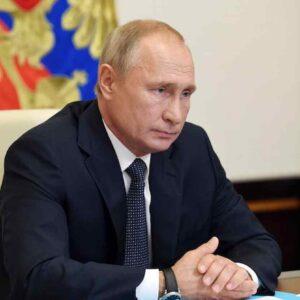 """Vladimir Putin si è vaccinato, il Cremlino: """"Non diciamo quale dei tre vaccini russi usato"""""""