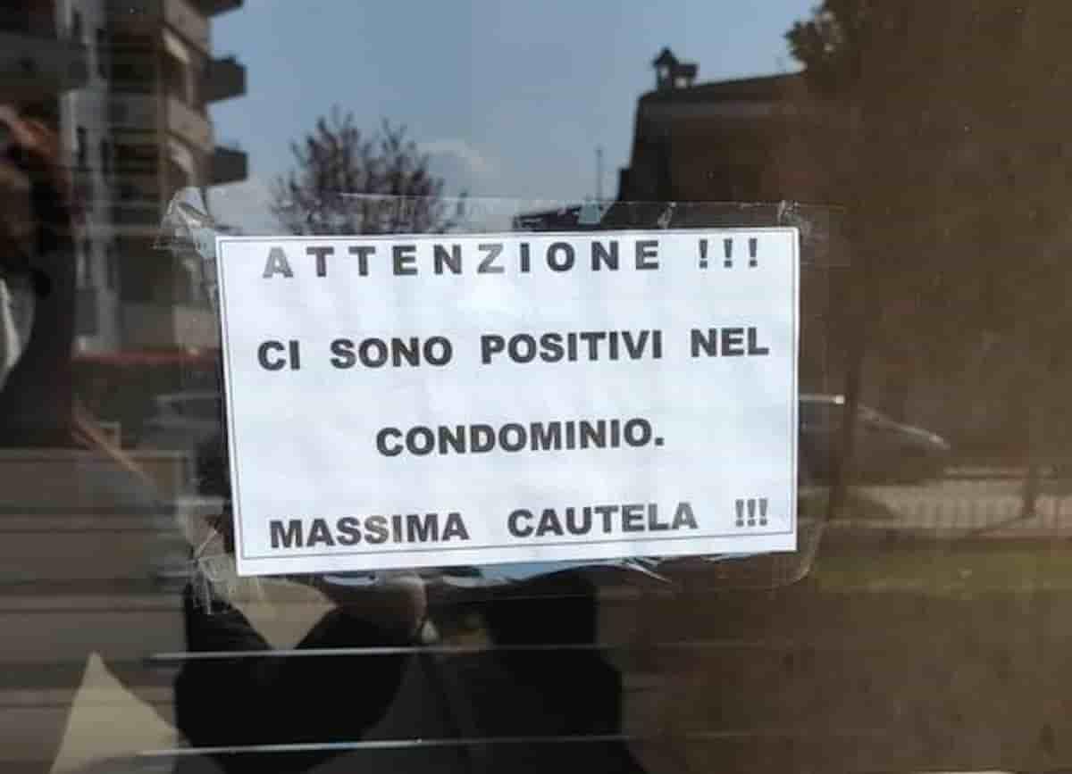 """Rozzano, cartello nel condominio: """"Attenzione, ci sono positivi"""". Covid apartheid dei vicini alle porte di Milano"""