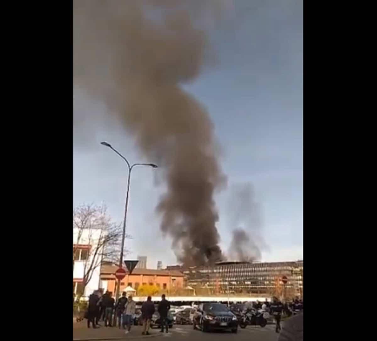 Incendio a Torino nell'ex centro direzionale Fiat