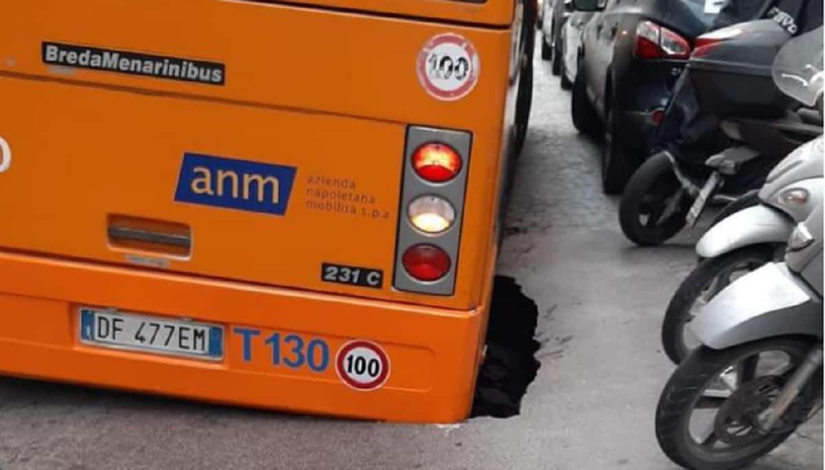 Voragine in via Aniello Falcone a Napoli, autobus sprofonda: autista salva passeggeri FOTO