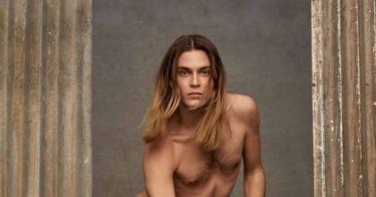 Michael Bailey-Gates nudo con la borsa nella pubblicità di Valentino scatena gli omofobi