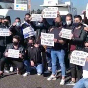 """Bari, ambulanti in protesta sulla Statale: """"Vogliamo lavorare"""". Tangenziale bloccata, code e rallentamenti"""
