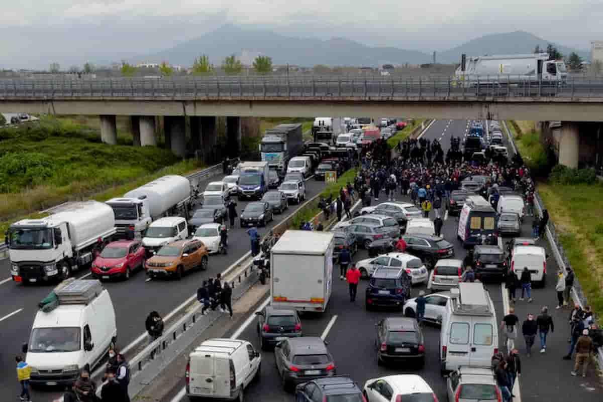 """Manifestazione sulla autostrada A1, blocco dei ristoratori di Tni Italia: """"Imprenditori stanchi di subire"""""""