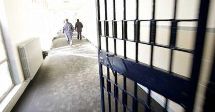 Carcere di Velletri, detenuto tenta di darsi fuoco durante l'ora d'aria: salvato da due agenti