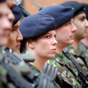 Renee Mulcahy, soldatessa britannica, espulsa dall'esercito per violenze sulla moglie