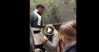 Fabrizio Corona esce dal carcere e torna a casa per i domiciliari: ad aspettarlo c'è la mamma Gabriella VIDEO