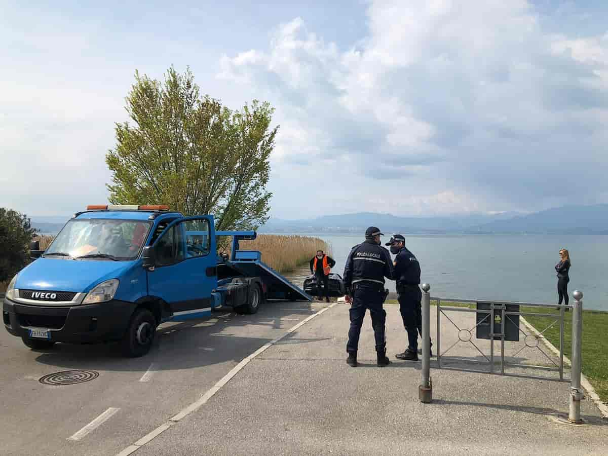 Sirmione, Ferrari nel lago di Garda: il conducente non mette il freno a mano e si ritrova in acqua