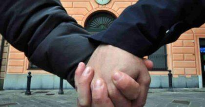 Gay camminano mano nella mano: rifugiato siriano li vede e li accoltella, uccidendone uno