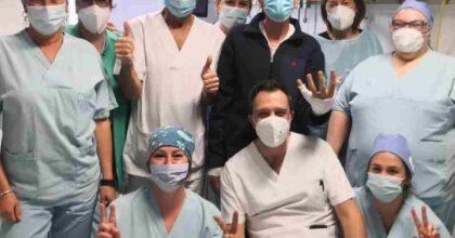 Gianni Morandi torna a casa: foto di gruppo con i medici e gli infermieri prima delle dimissioni