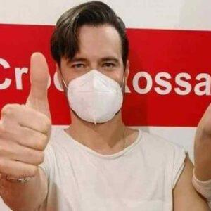"""Giulio Berruti si vaccina e sui social scoppia il caso. """"E' troppo giovane"""". Lui: """"Sono anche dentista"""""""