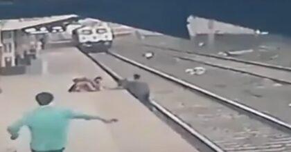 India, bambino cade sui binari, il treno arriva: salvato in extremis da un ferroviere VIDEO