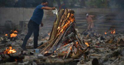 India, trasportano in motorino il cadavere della madre morta di Covid per cremarla