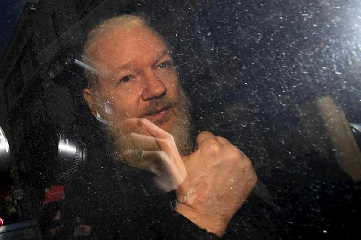 Julian Assange, la lettera di Papa Francesco, Germana Leoni ha scritto un libro e interpreta: Niente è come sembra