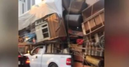 Trasloco in Messico: carica sul pick-up tutto l'arredamento di casa. Il video surreale su TikTok