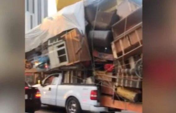 Trasloco in Messico: carica sul pick-up tutto l'arredamento di casa. Il video surreale su TikTok