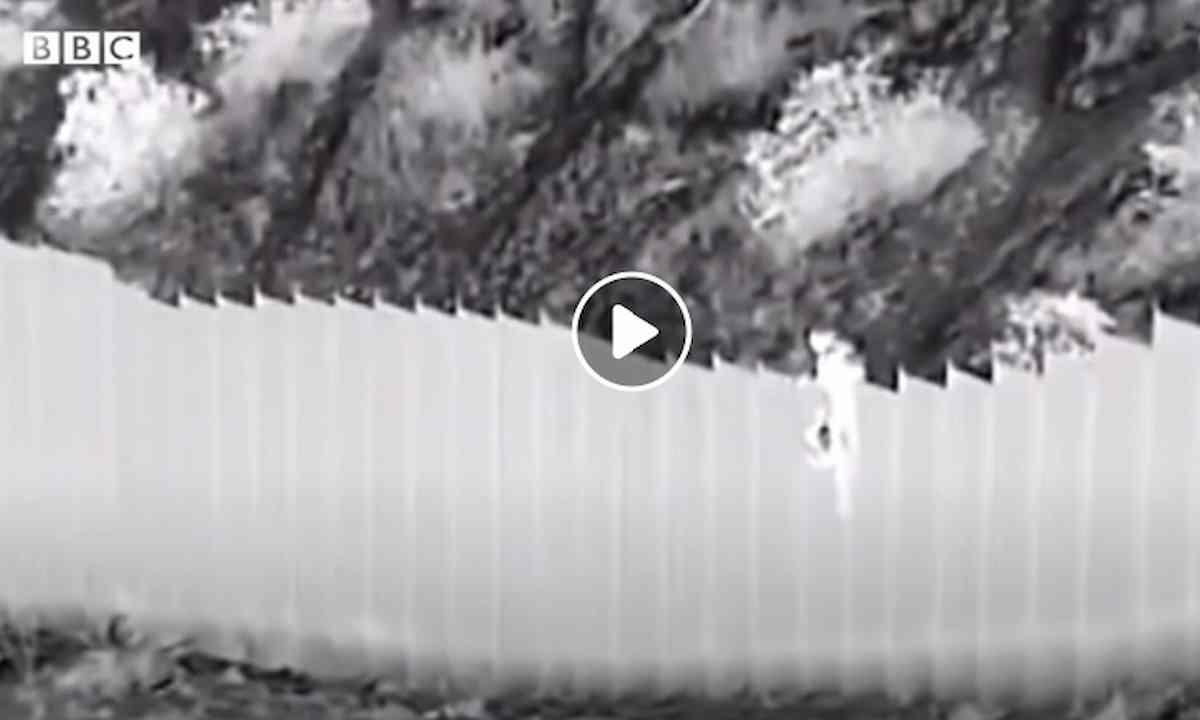 due bambine lanciatwe al di la del muro