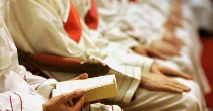 Il parroco innamorato di Massa Martana lascia la parrocchia: don Riccardo Ceccobelli lo annuncia a fine messa