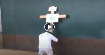 pizzaiolo con la croce in chiesa