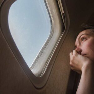 Viaggi in aereo, perché è meglio evitare il posto finestrino per dormire. I consigli di una hostess