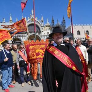 Repubblica Veneta il 25 aprile davanti al duomo di Padove celebra San Marco, non la Liberazione: cerca incidenti?
