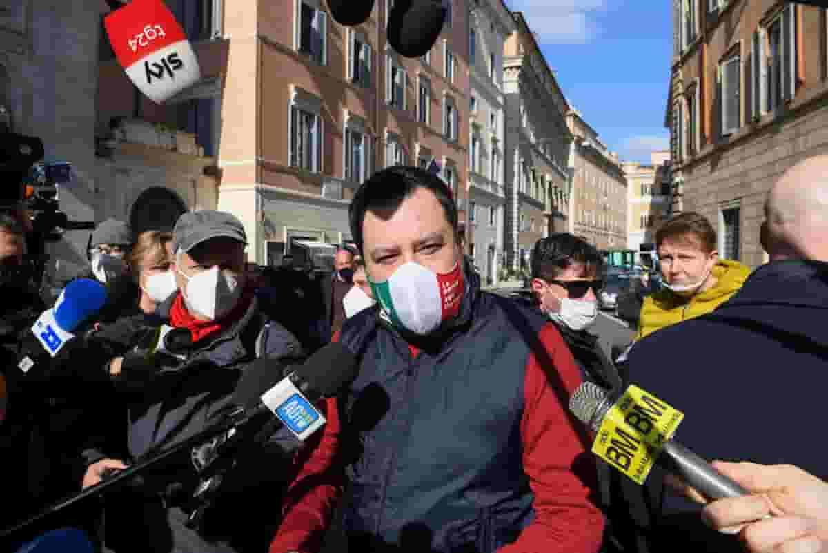 Salvini raccoglie firme contro governo ottuso che mantiene coprifuoco, quello con dentro la Lega